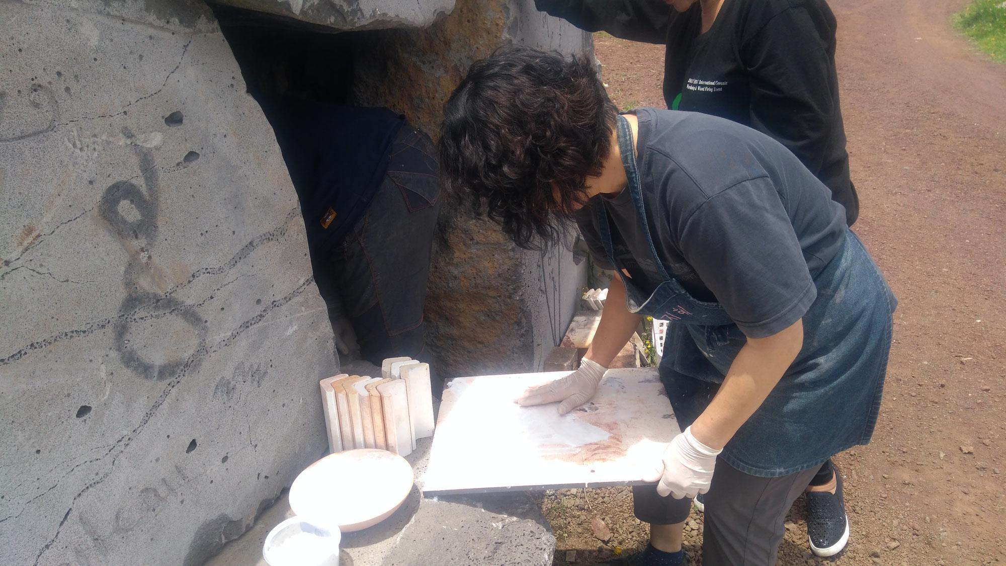 Atelier céramique : recettes d'engobes de protection pour les plaques réfractaires d'enfournement