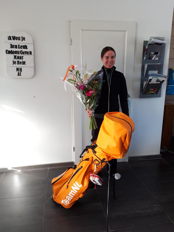 Gemeente Brielle verrast golf jeugdtopper Rosanne Boere.