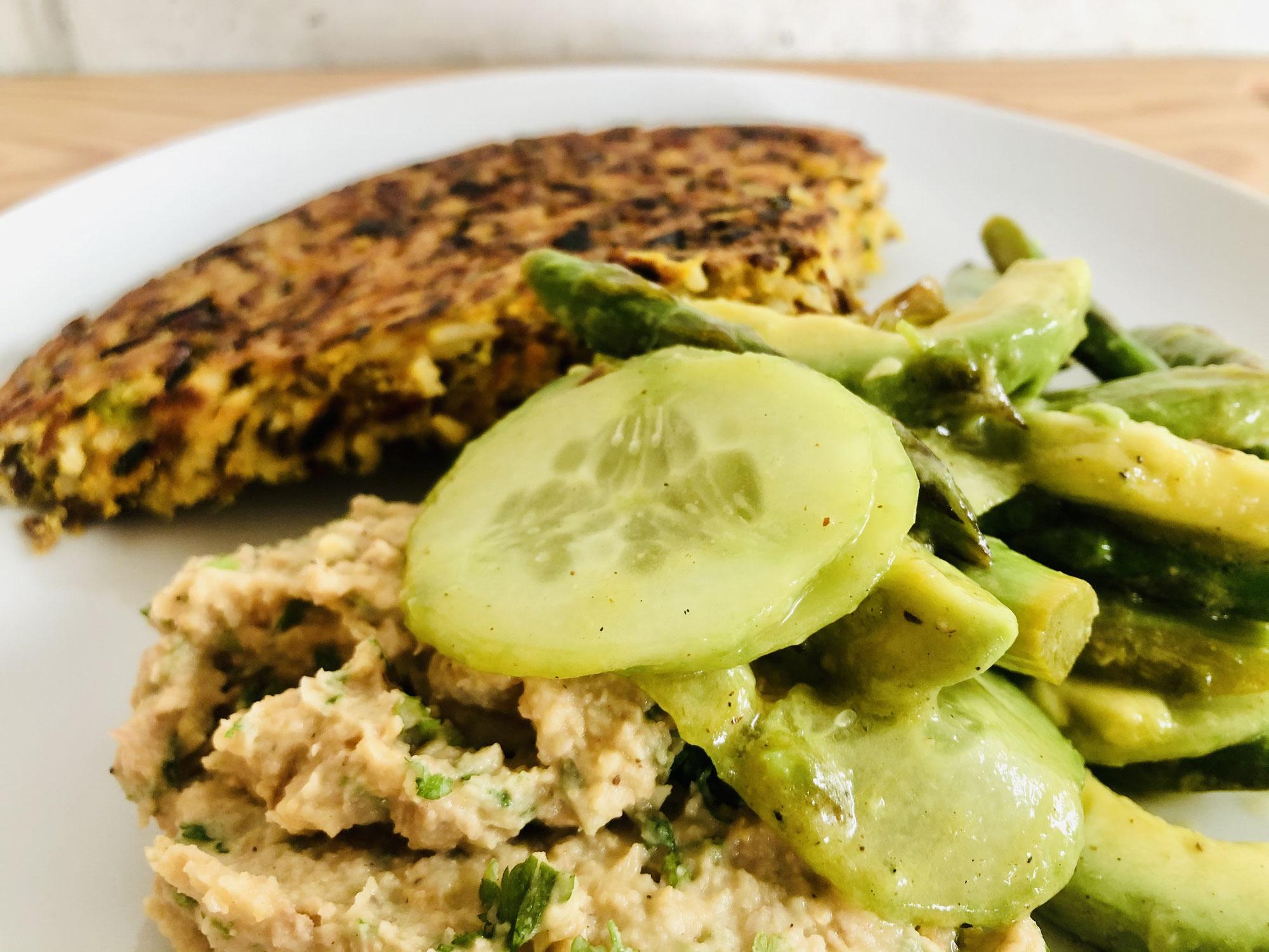 Reispuffer, Bohnenpüree, Gurken-Spargel-Salat