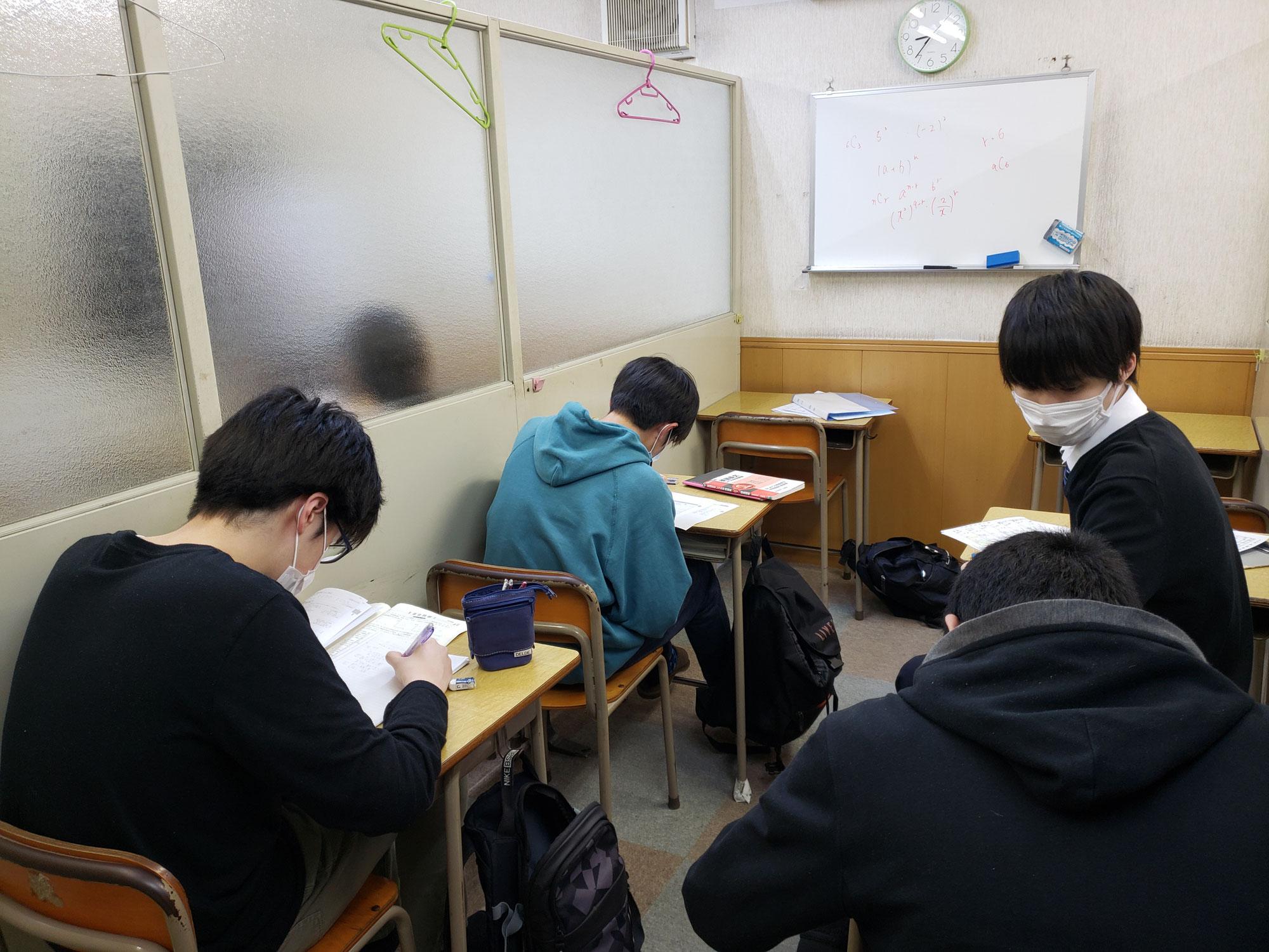 GWは暦通りのお休みです。振り替え授業と自習の予約日間違えないようにね(^_^)