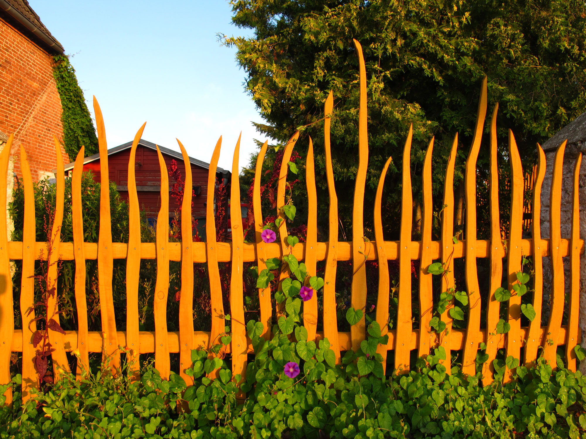 Das Vielfarbenhaus hat einen neuen Zaun
