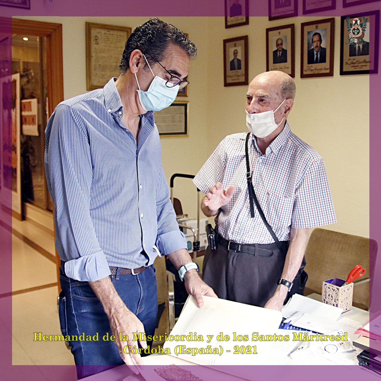 N.H.D. José Fernández Pedrosa entrega material para el archivo de la Hermandad