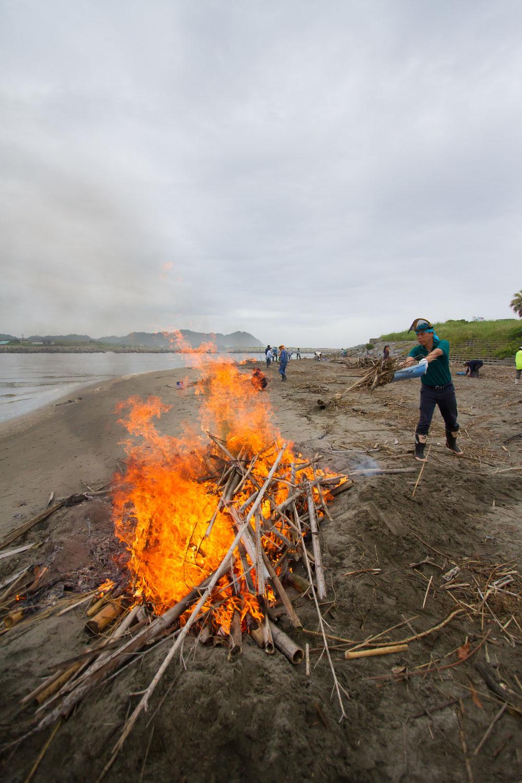 明日は海岸での竹炭イベントです!!