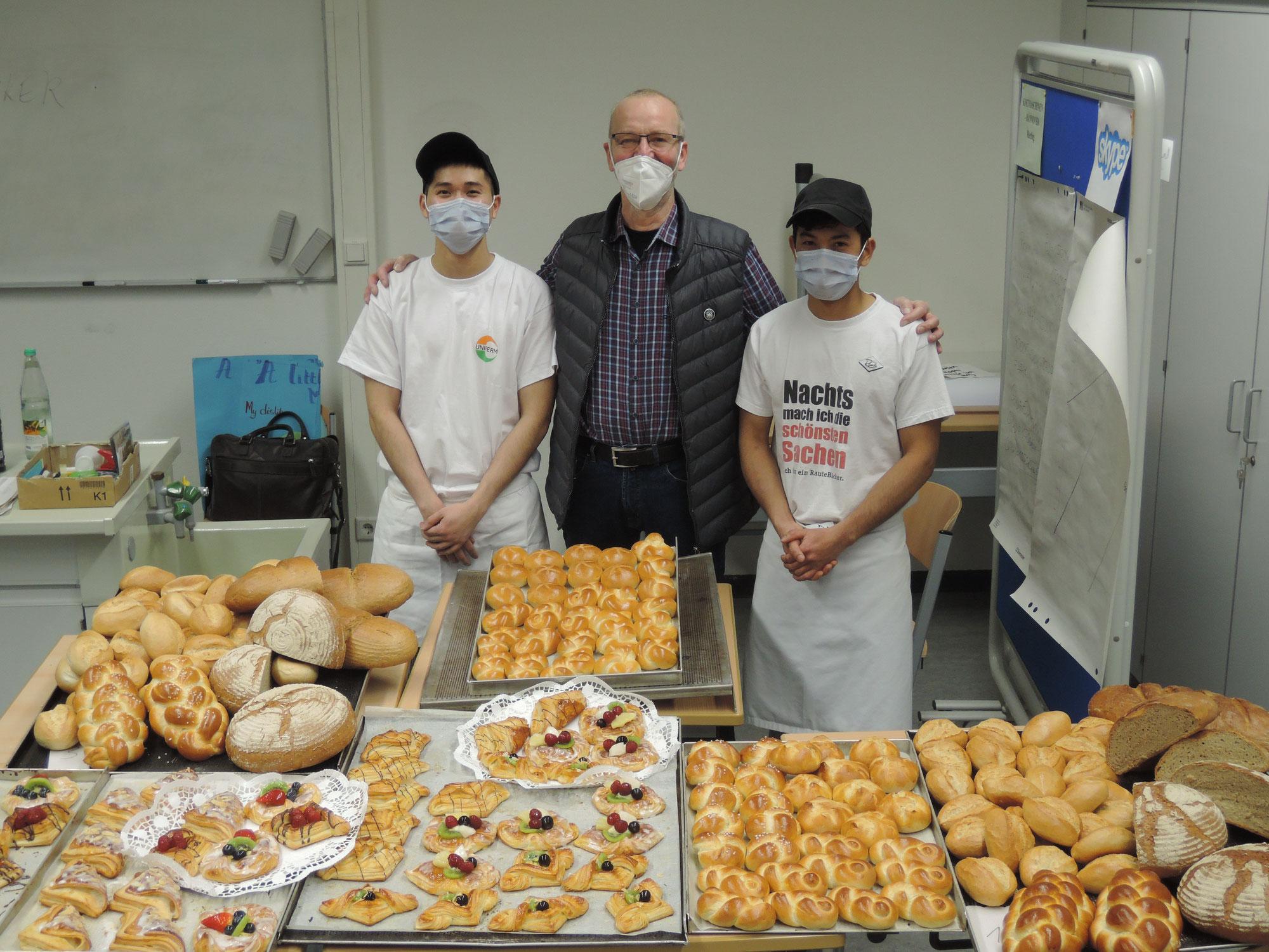 Vom Brötchen bis zum Tortenguss – Ha und Phuoc bestehen Gesellenprüfung im Bäckerhandwerk