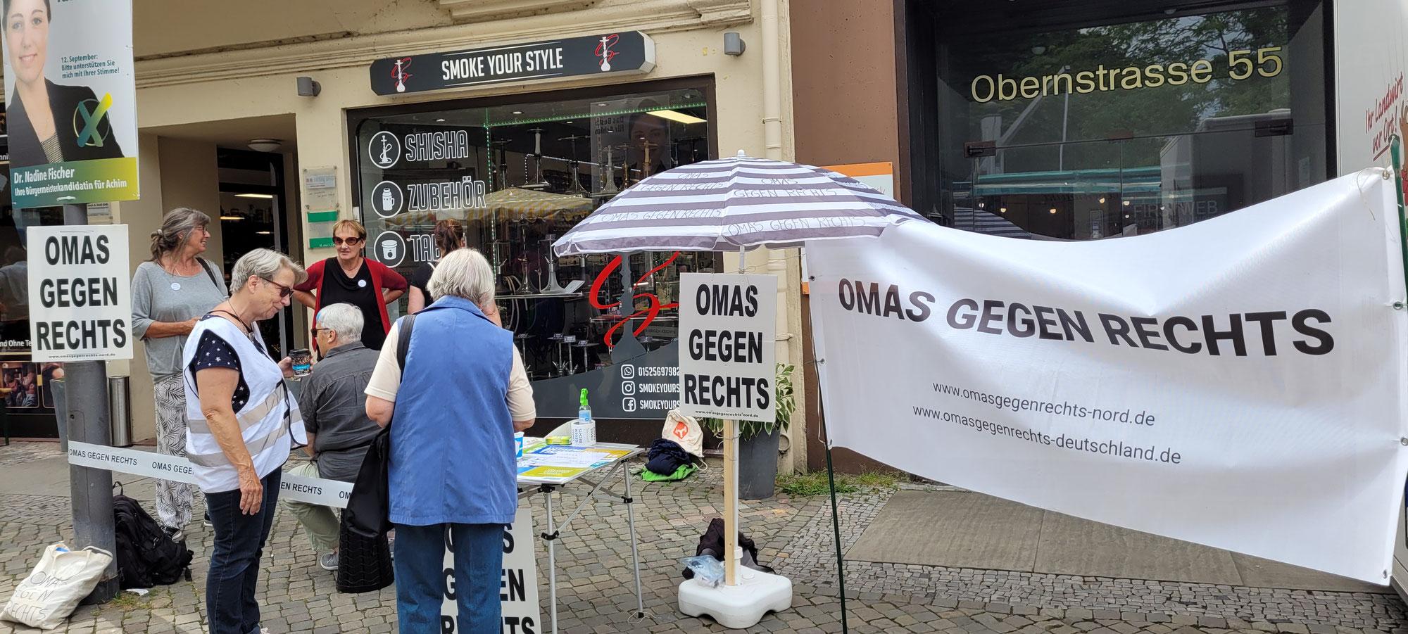 Achim:  OMAS GEGEN RECHTS auf dem Achimer Wochenmarkt