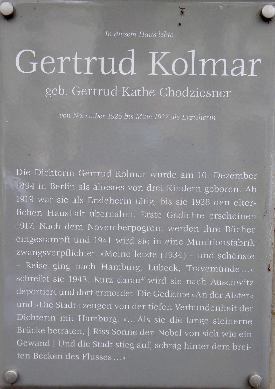 Gedenken und Erinnern beginnt in unserer Nachbarschaft- Die Omas gegen Rechts lesen an der Gedenktafel von Gertrud Kolmar (1894-1943)
