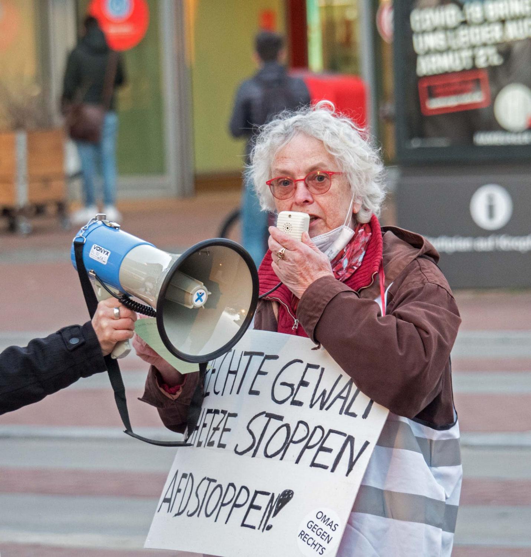 RECHTE GEWALT STOPPEN! RECHTE HETZE STOPPEN! AfD STOPPEN! Omas Gegen Rechts in Hamburg-Altona