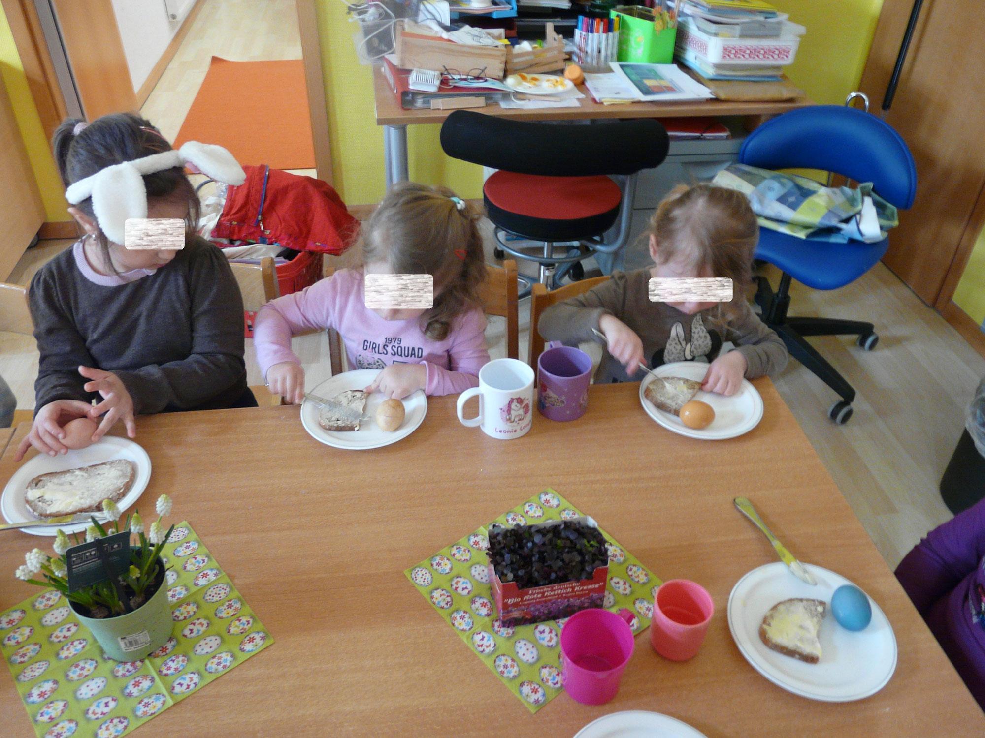 Leckeres Frühstück: Butterbrot, Kresse und Eier