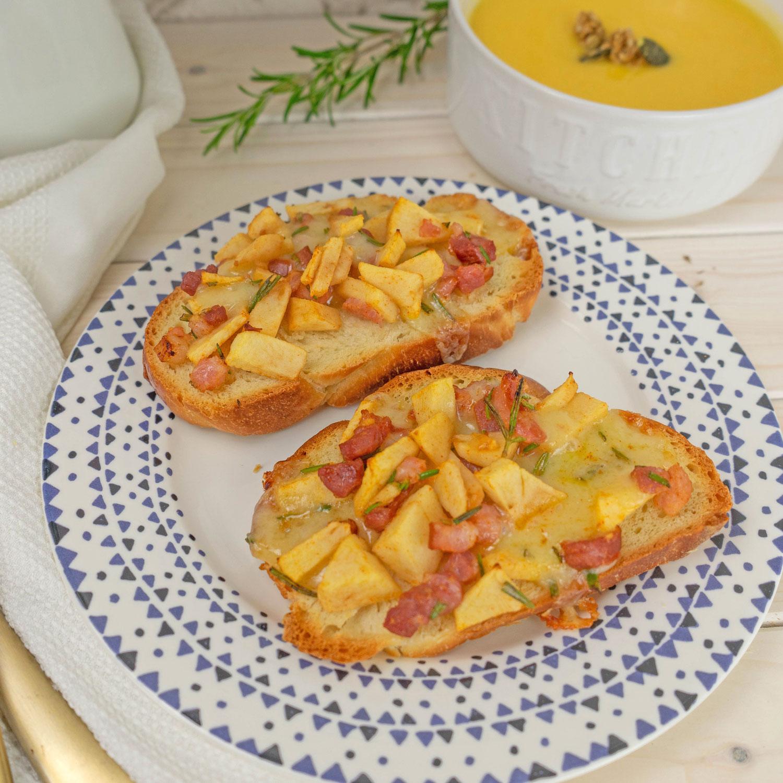 Zopf Crostini mit Äpfel, Käse, Rosmarin und Speck