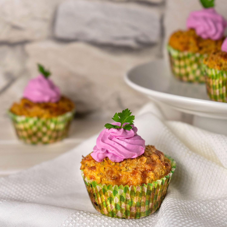 Möhren Käse Muffins mit roter Beete Frischkäse Topping