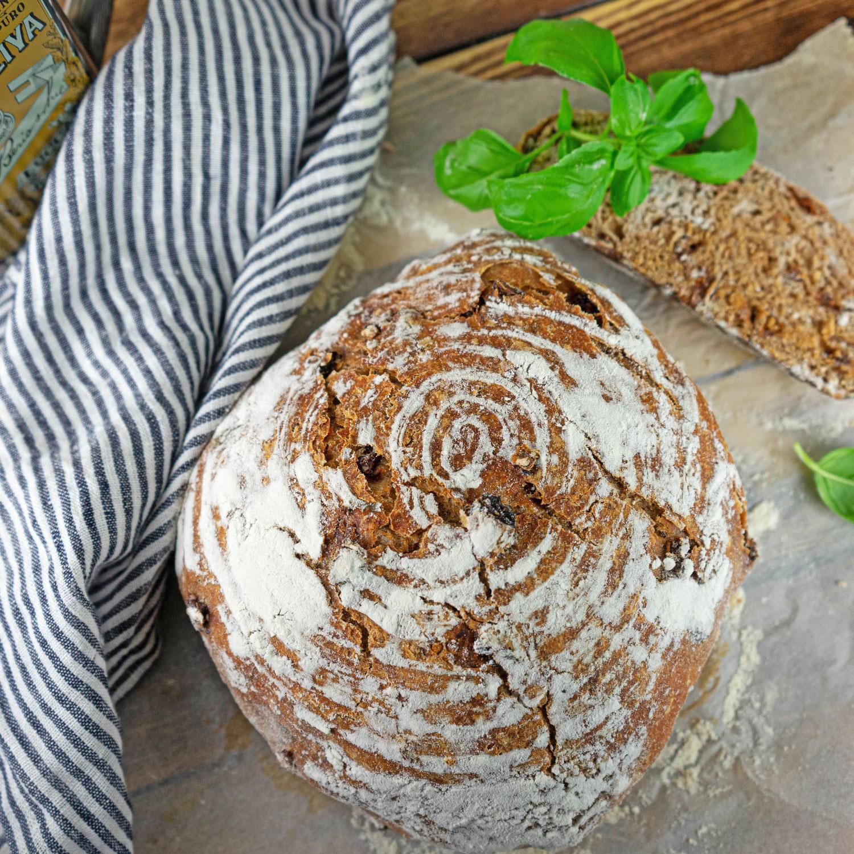 Tomaten Basilikum Brot im Topf