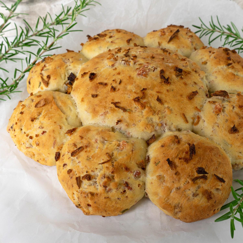 Brotkranz mit Speck, Röstzwiebeln und Rosmarin