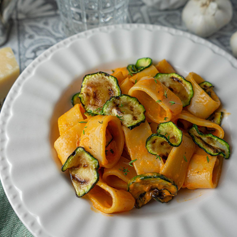Calamarata mit gerösteten Tomaten Pesto und Zucchini