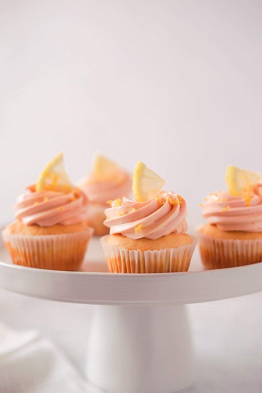Saftige Zitronen-Cupcakes mit Swiss - Meringue - Buttercreme