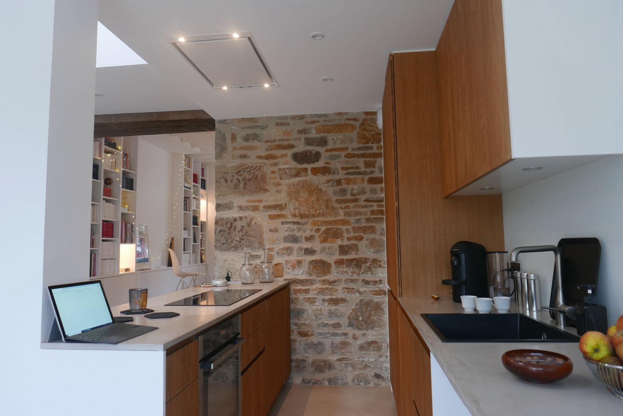 Une rénovation moderne dans une maison de bourg familiale.
