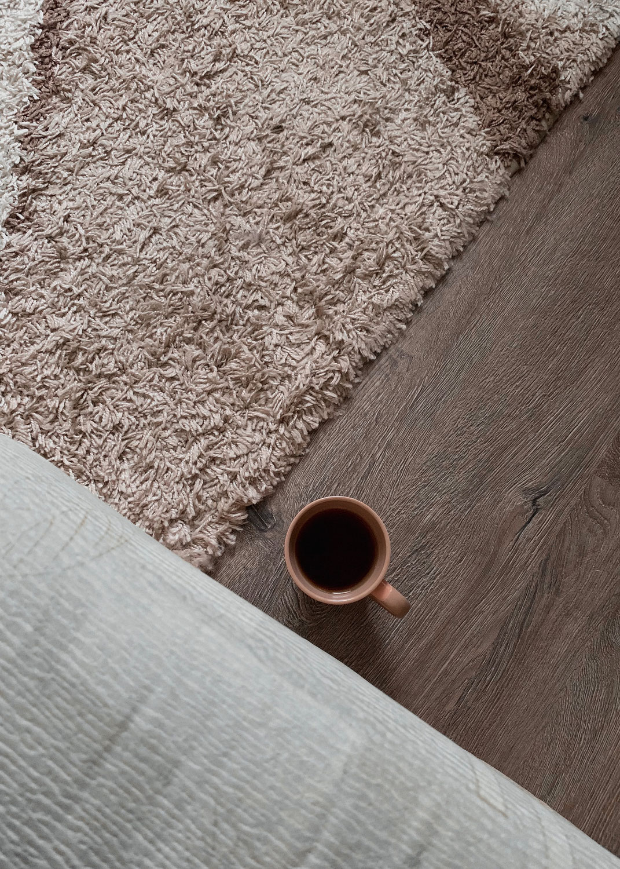 Vloerkleed reinigen: de beste (milieuvriendelijke) tips op een rij - Wonen&Co