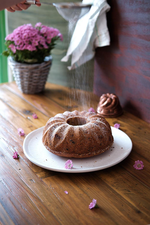 Eierlikör-Gugelhupf mit Sauerkirschen und Schokolade