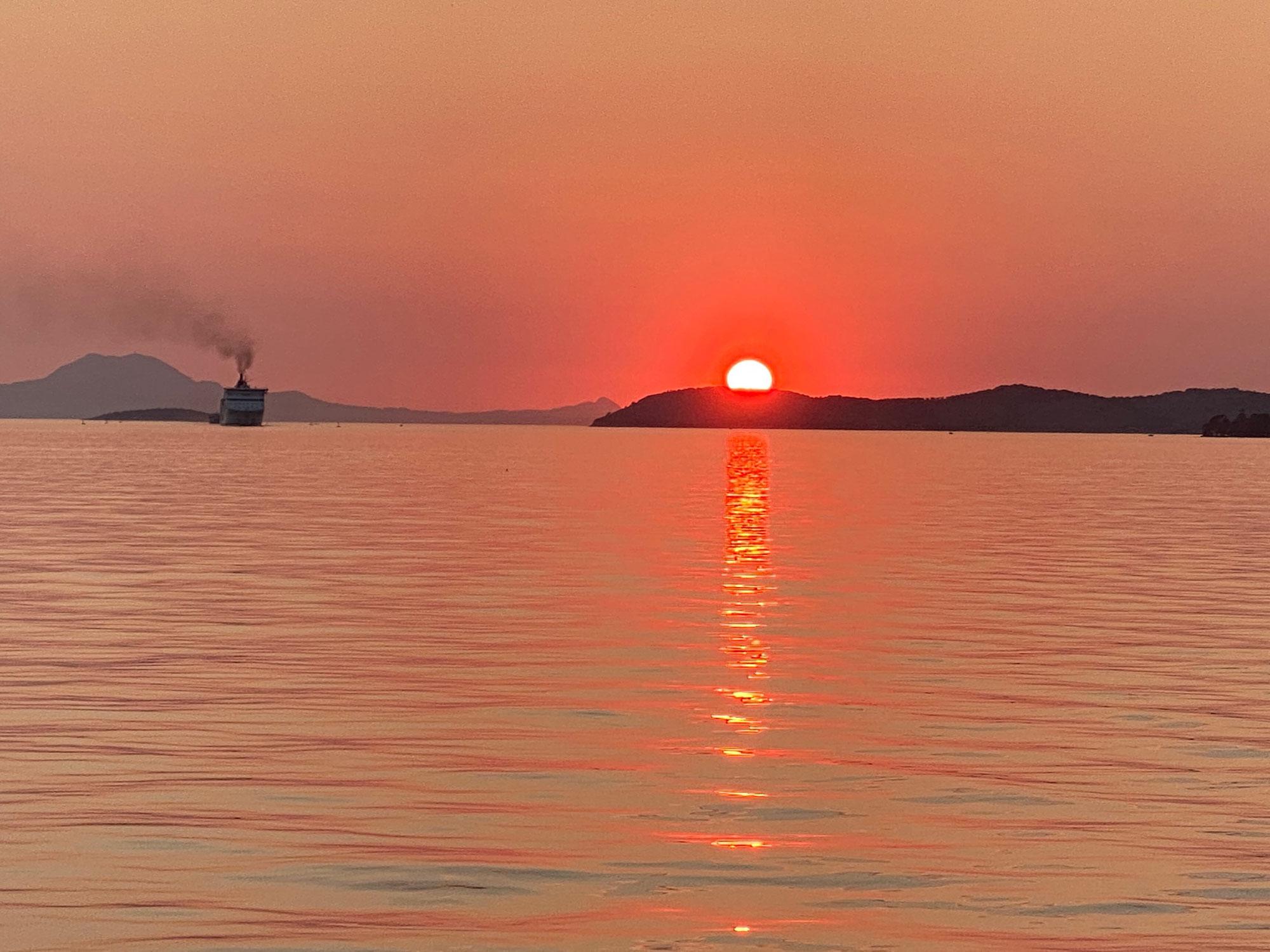 Schön: Sonnenuntergang im Hafen von Igoumenitsa