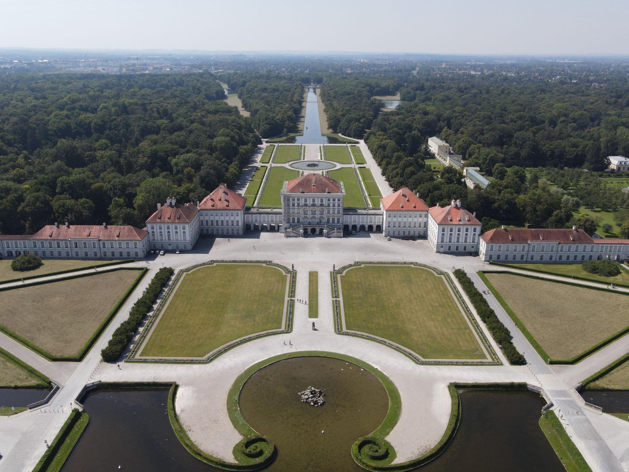 Drohnen-Video: Das Schloss Nymphenburg in München - freier-Flug mit Drohne in engem Flugraum auf einer Achse