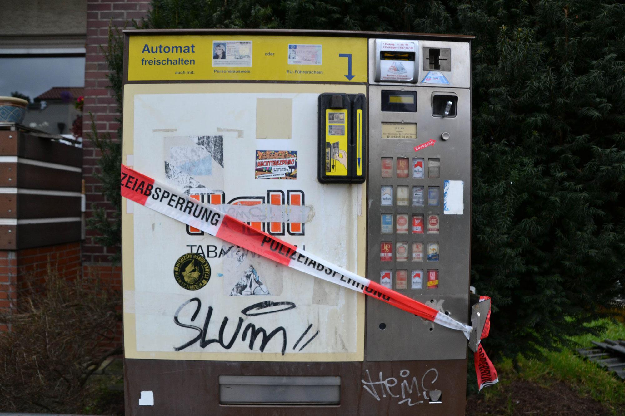 Schwetzingen/Rhein-Neckar-Kreis: Zigarettenautomat aus Verankerung der Wand gerissen - Polizei sucht weitere Zeugen