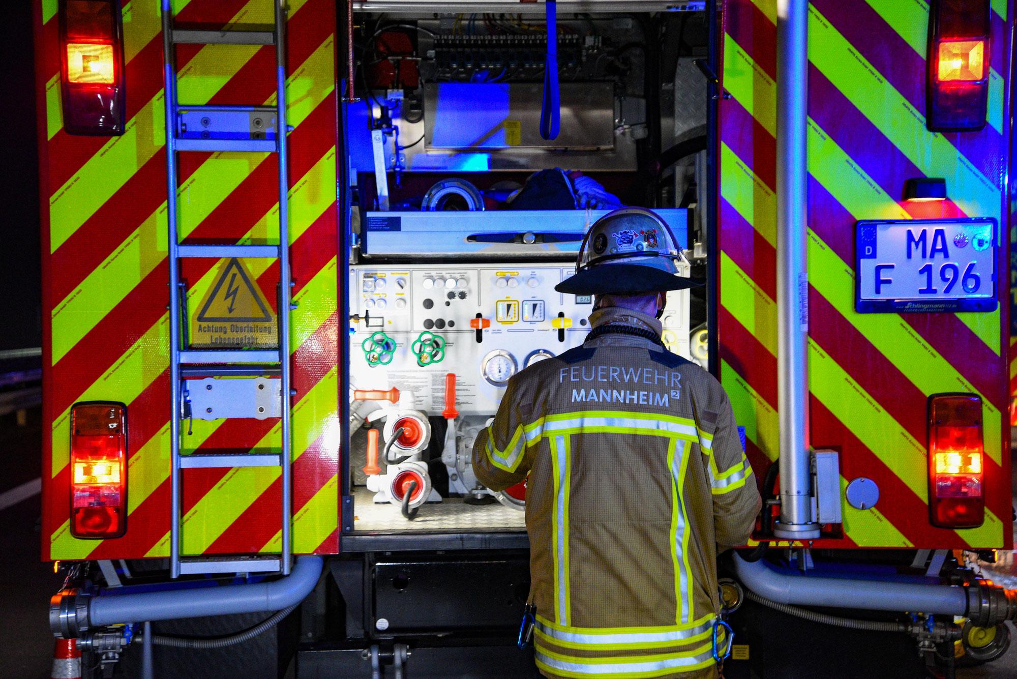 Mannheim: Auto ausgebrannt - zwei weitere Fahrzeuge in Mitleidenschaft gezogen