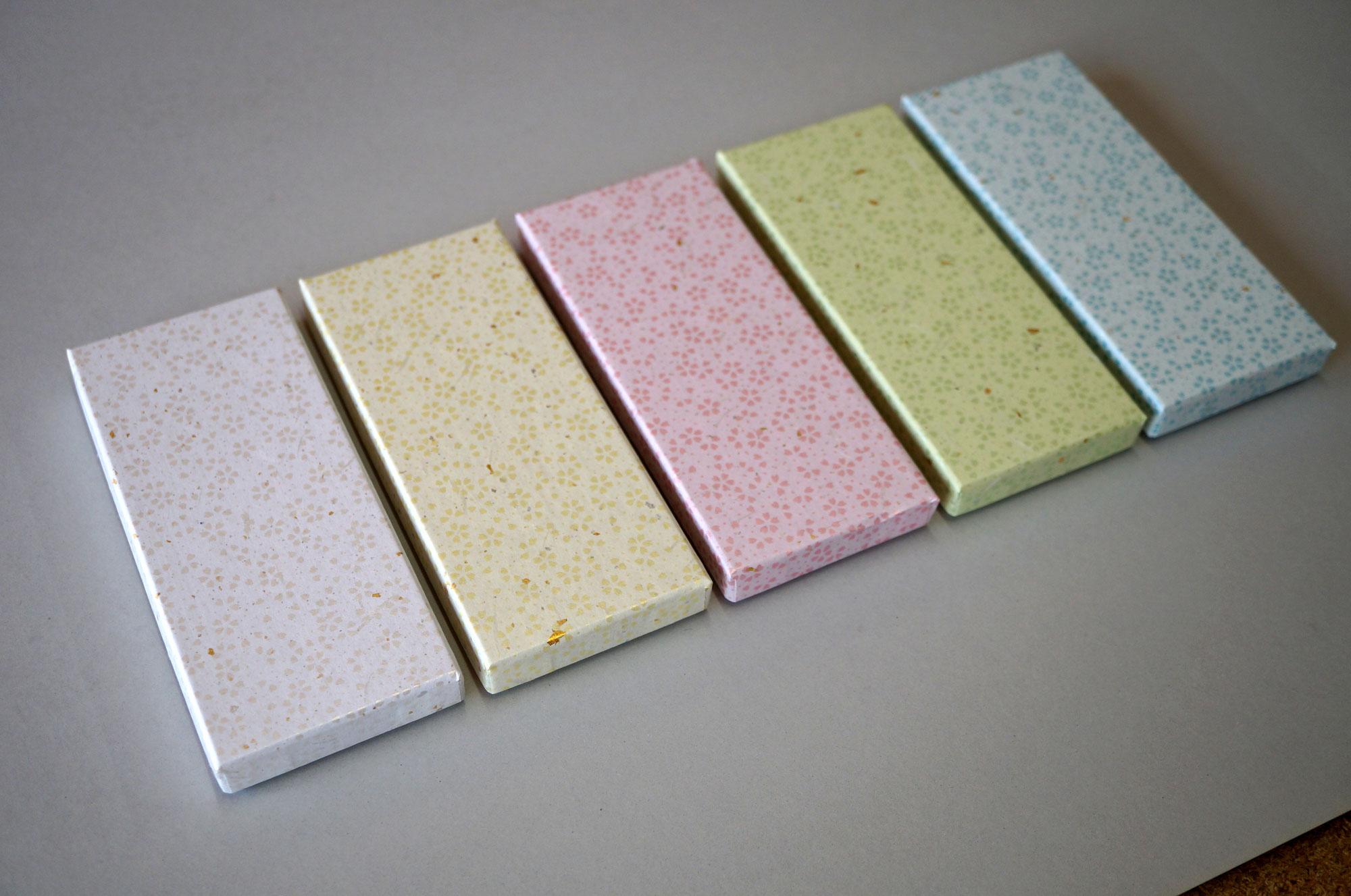商品のイメージに合わせ5色の和紙を使い分け作製する別注の小さな貼り箱