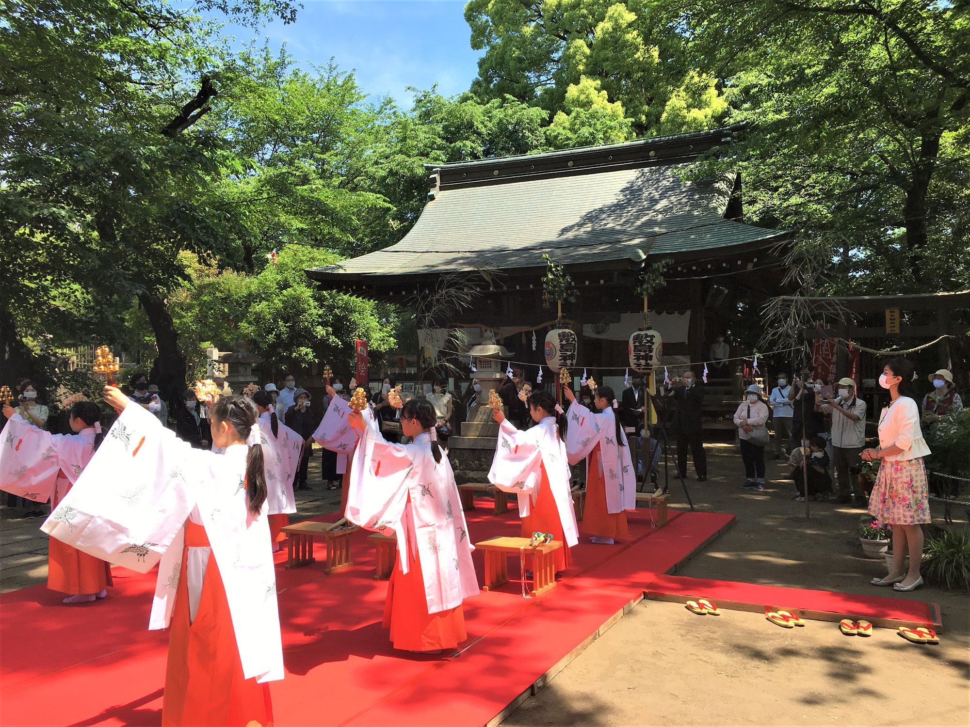 敷島神社例大祭で神楽舞を奉納