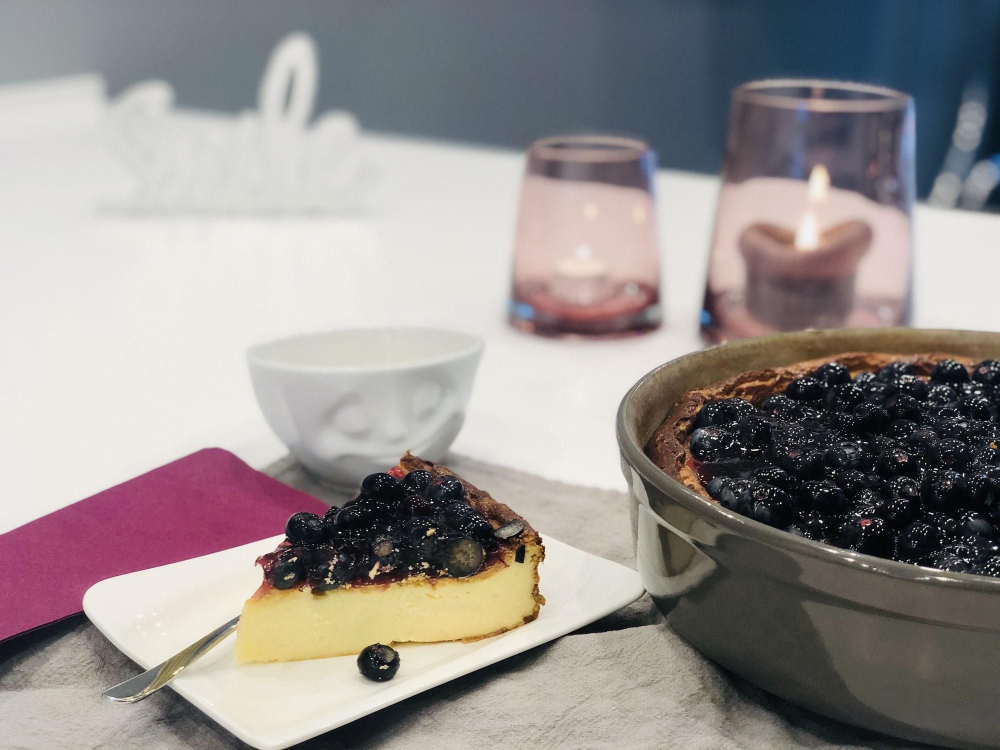 Schmand-Käsekuchen mit Blaubeeren aus der runden Stoneware Kuchenform von Pampered Chef®