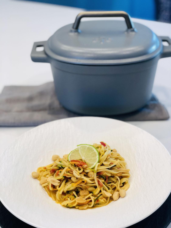 Asiatische One Pot Pasta aus dem 5,7 Liter Emaillierten Gusseisen-Topf von Pampered Chef®