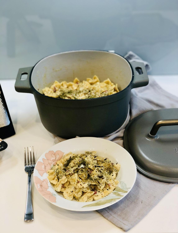 One-Pot-Farfalle Nudeln mit Meerrettich Sahnesauce aus dem Guss Topf von Pampered Chef