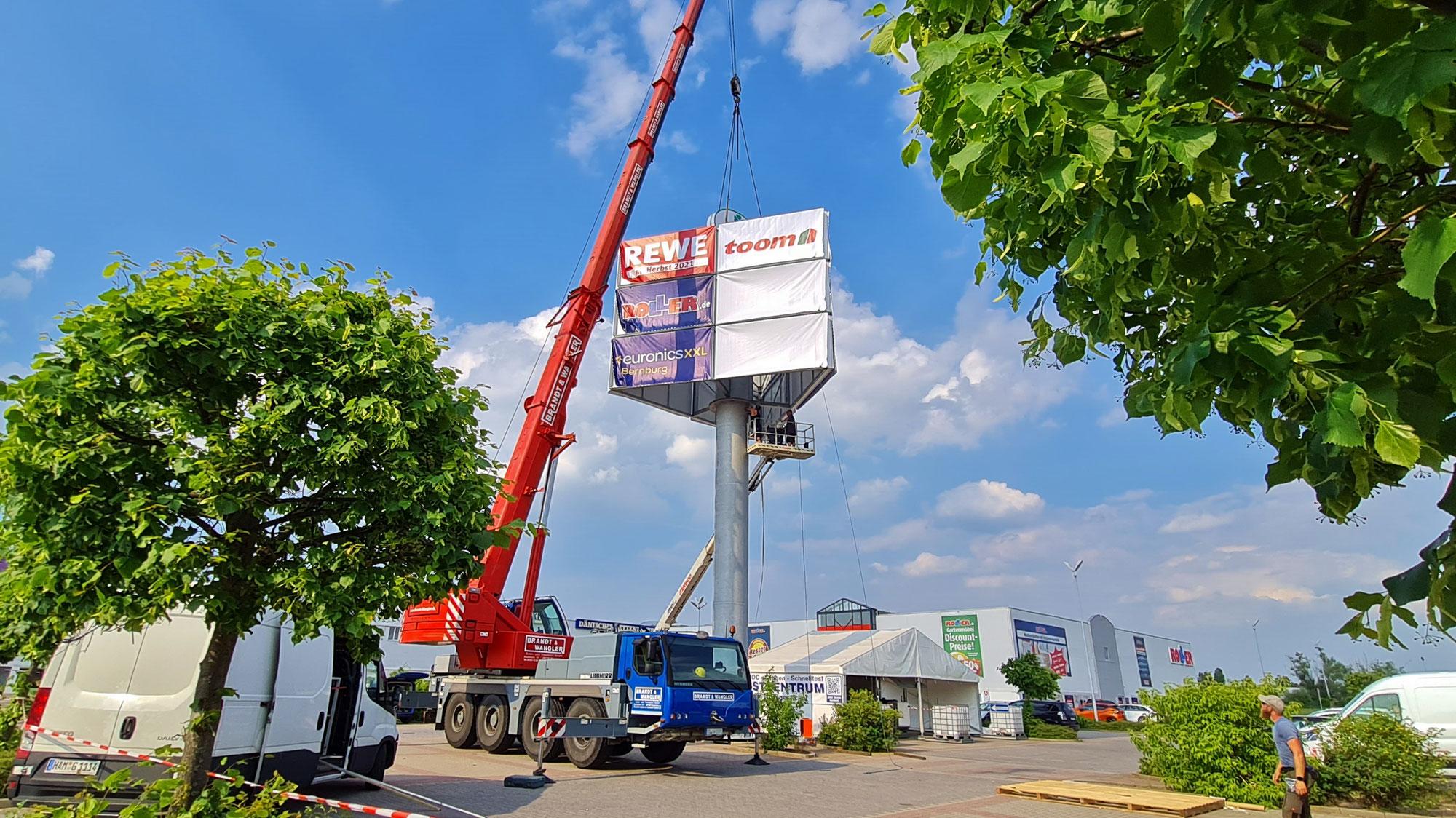 PEP Markt wirbt auf neuem zwanzig Meter Pylon
