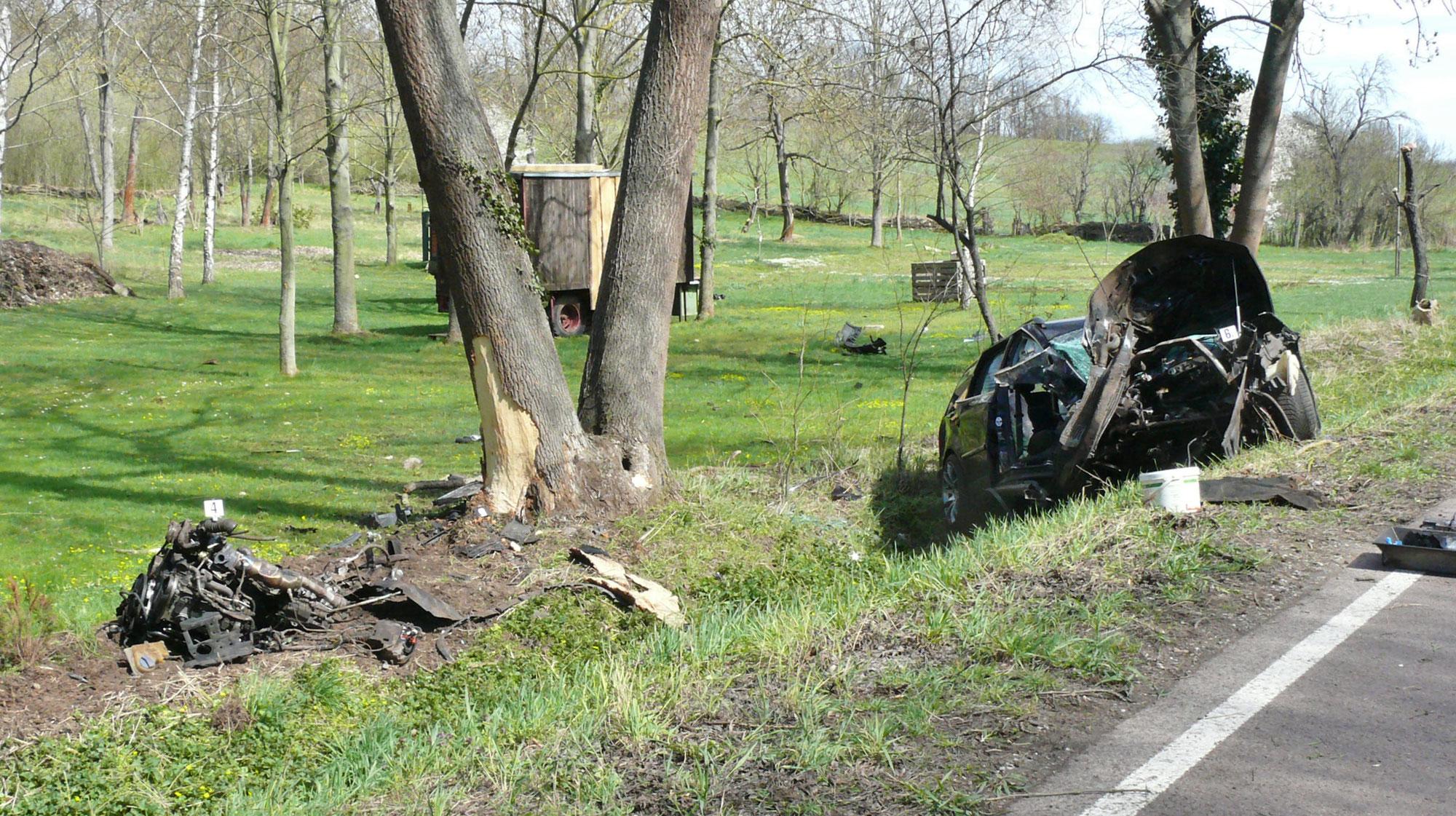 Motor durch Aufprall herausgerissen, Unfall zwischen Nelben und Könnern