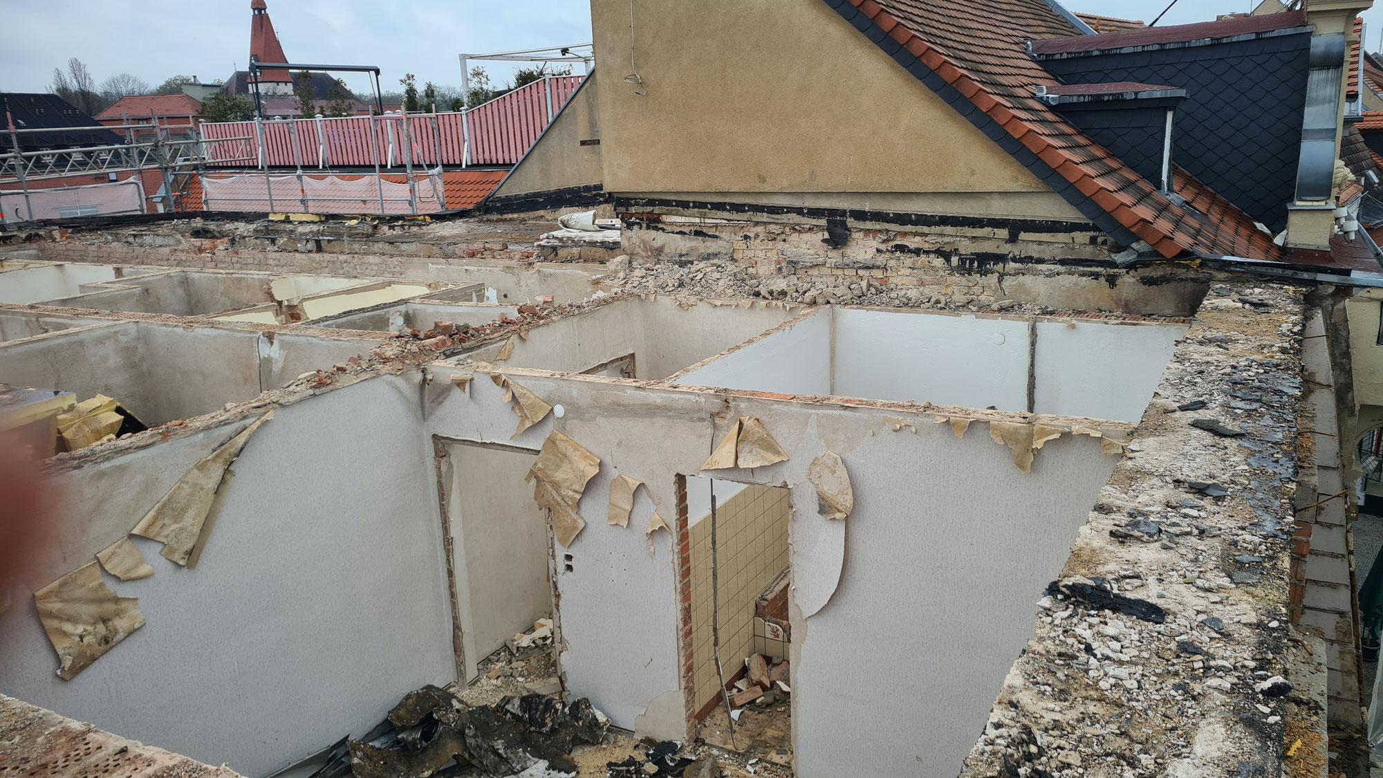Dachgeschoss des Hotel Wien bereits abgerissen