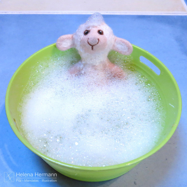 Mathilda geht baden – oder wie man eine gefilzte Fingerpuppe waschen kann :-)