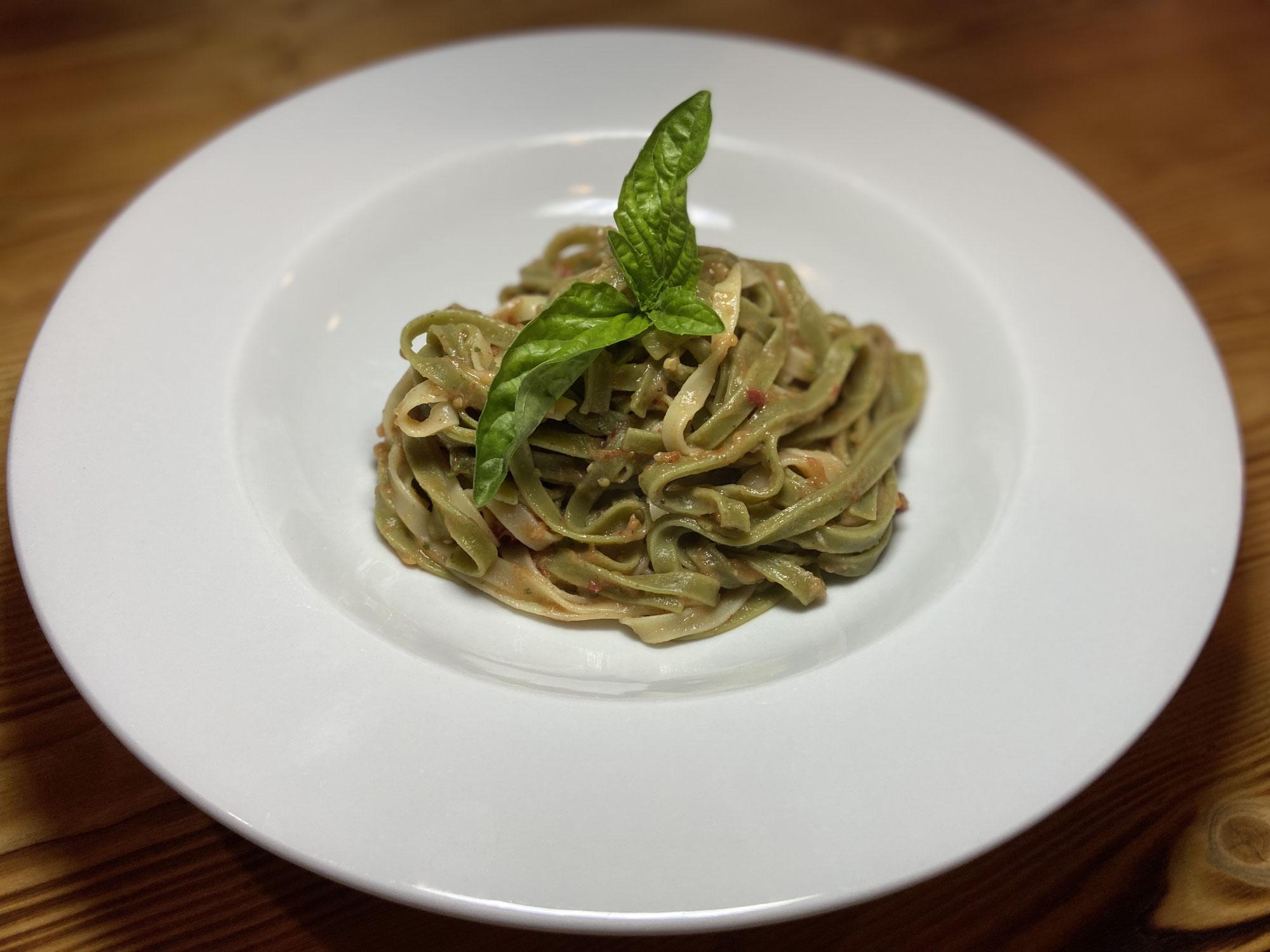 Pasta mit Melanzanicreme und getrockneten Paradeisern