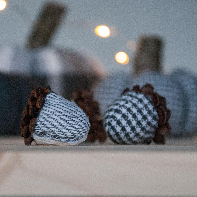 Herbstdeko: Eicheln aus Stoff und Zapfen