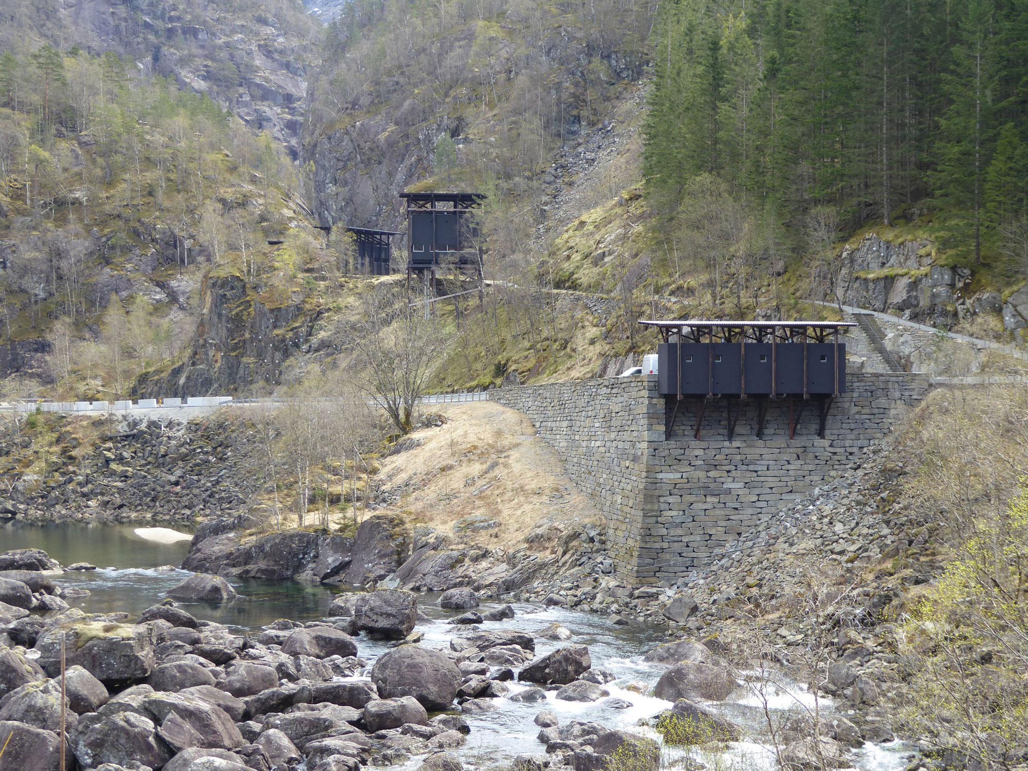 渓谷に静かに佇むアルマナユヴァ亜鉛鉱山博物館(ピーター・ズントー)
