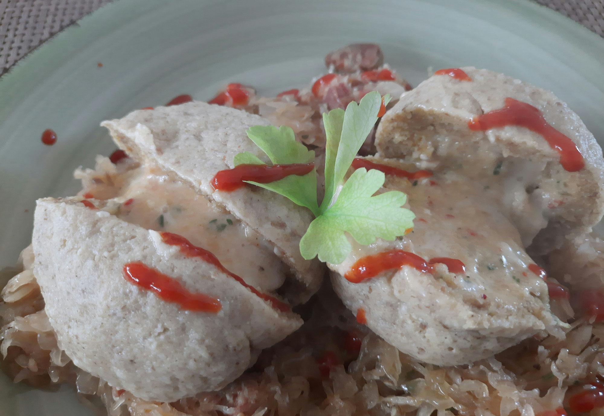 Dinkel-Grieß-Käseknödel auf Sauerkraut