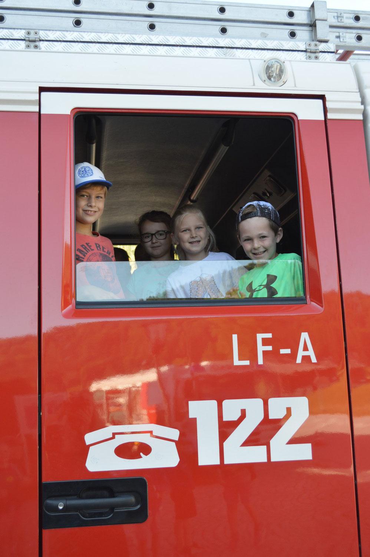 Feuerwehr auf Besuch in der Volksschule