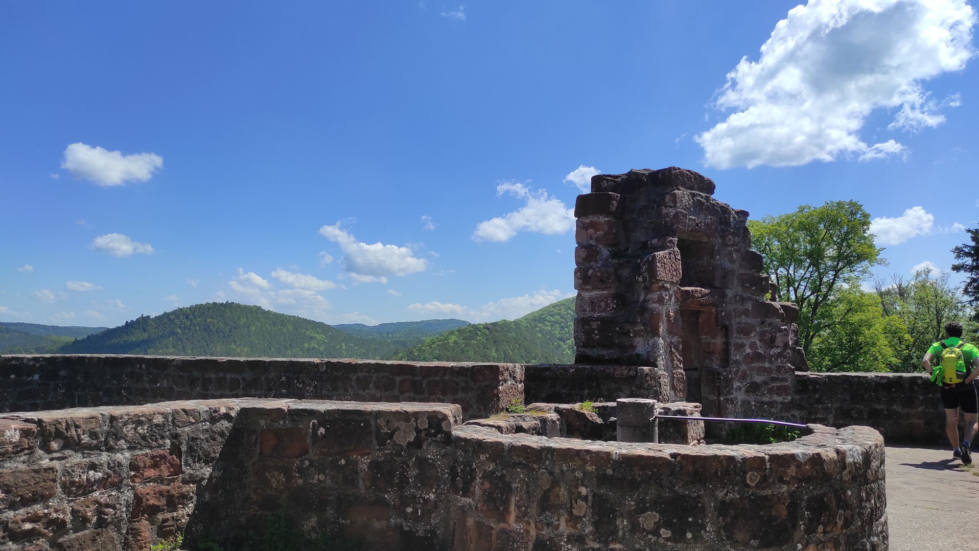 Übers Felsentor zur Burg Neu-Dahn