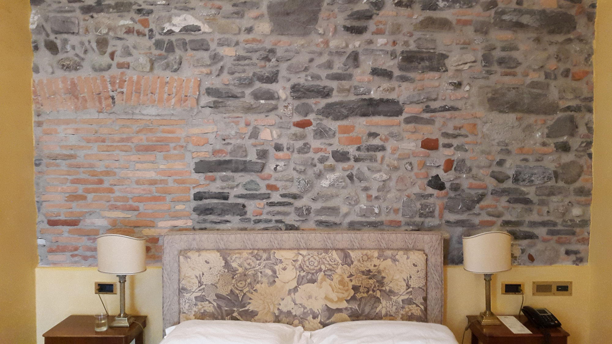 steinwand rustikal kunststeinwand also steinwand mit steinwandbeleuchtung zum verlieben. Black Bedroom Furniture Sets. Home Design Ideas