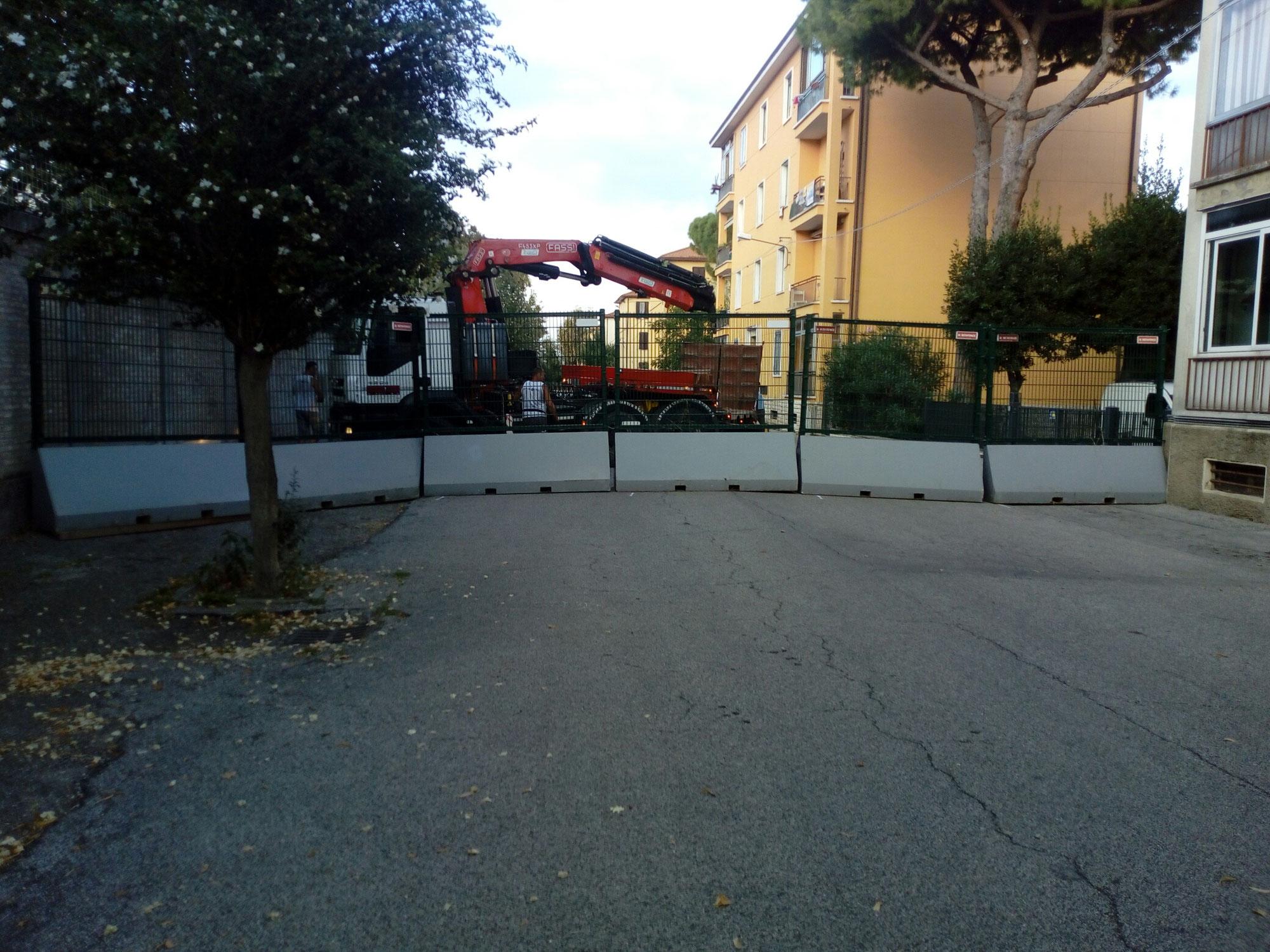 Rimini gru noleggio bilico con gru per posizionamento new jersey sicurezza Stadio di Rimini