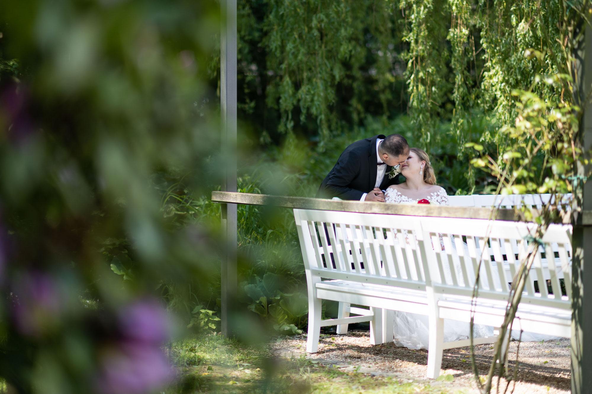 Professionelles Brautpaarshooting für natürliche Aufnahmen im Kurpark von Bad Homburg