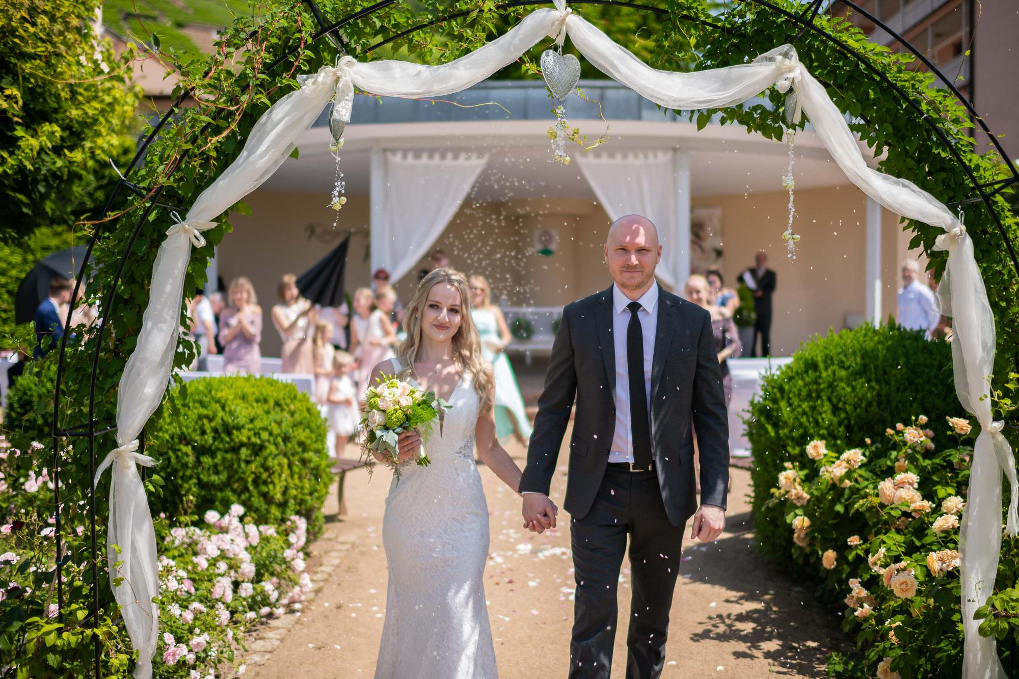 Hochzeitsfotos während der Trauung und Brautpaarshooting im Rosengarten in Klingenberg am Main