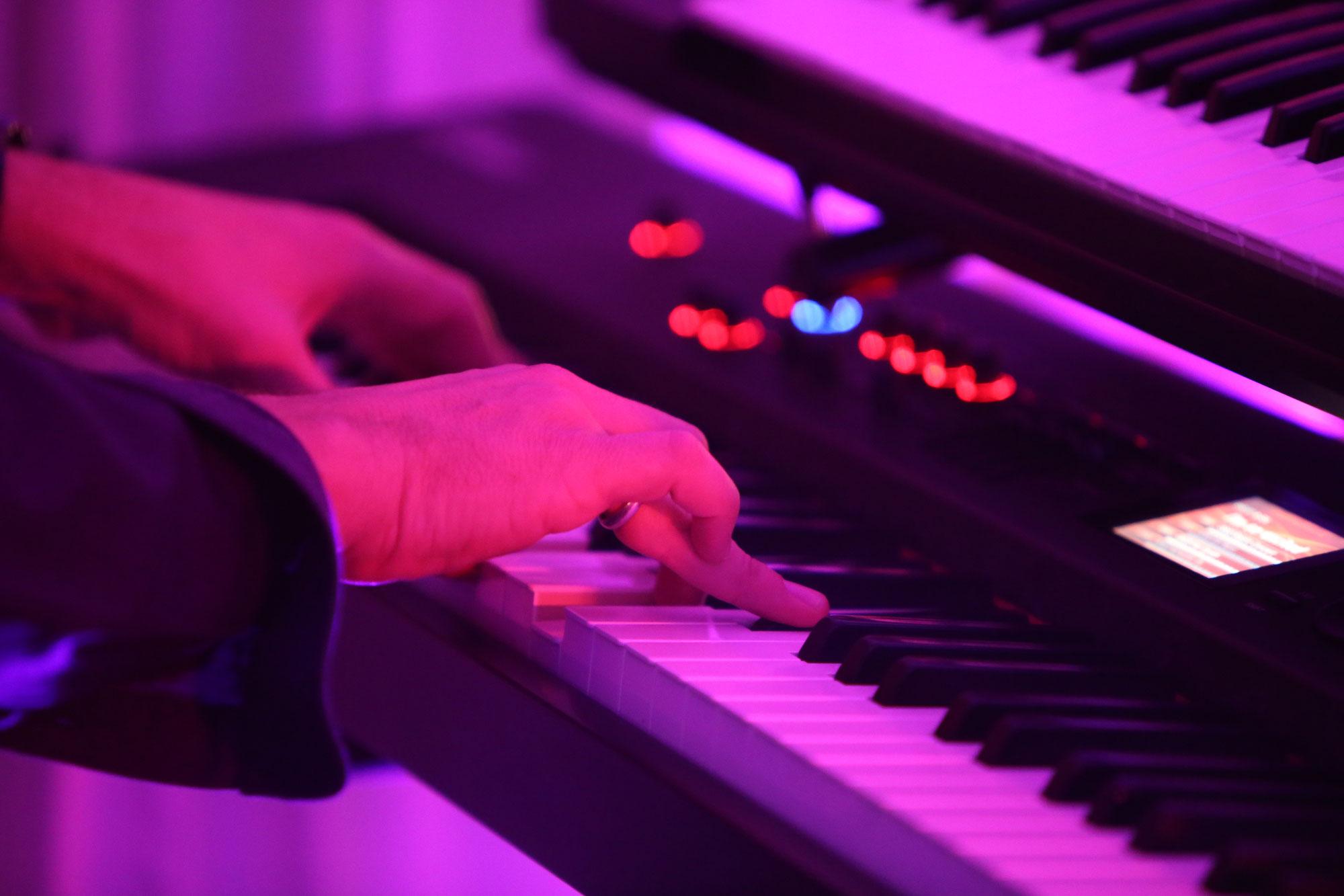 Diverse Keyboard- und Gitarren-Spuren  kommen ins Spiel