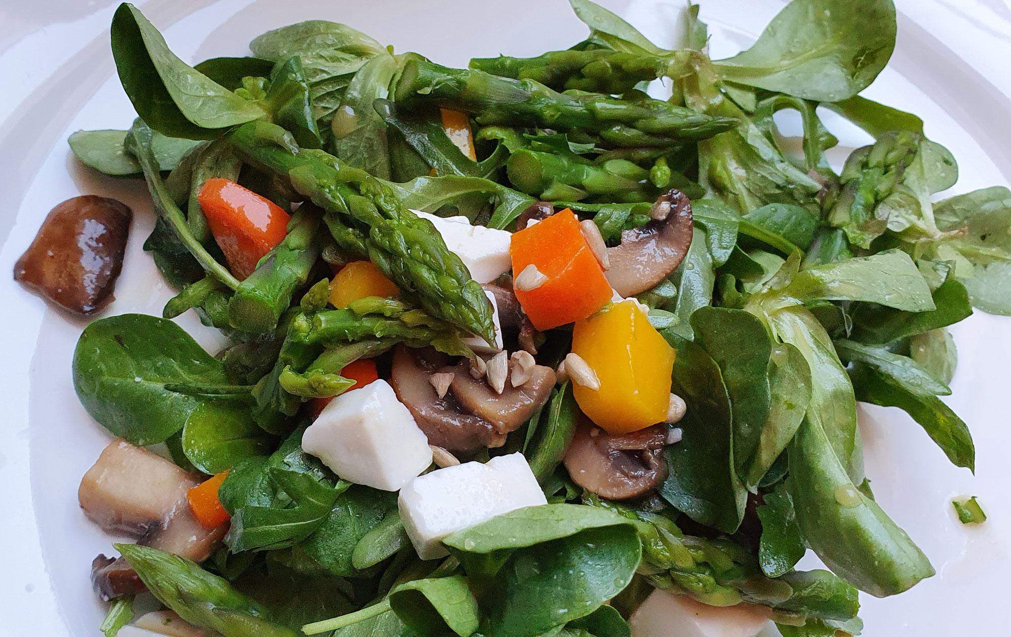 Salat mit grünem Spargel, Mango u Feta vegan