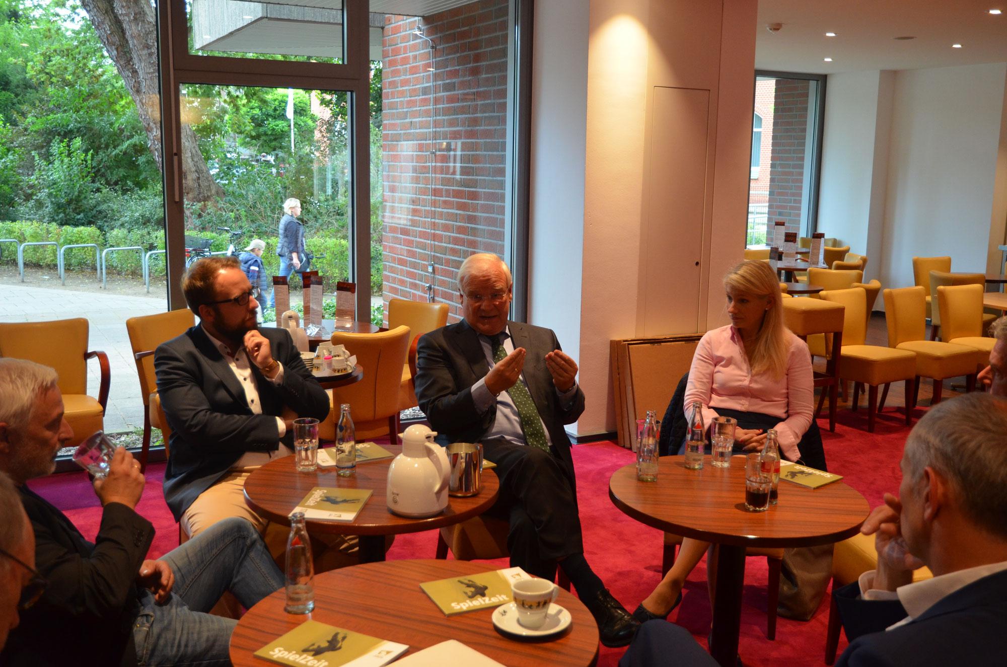 Landtagspräsident Busemann und CDU-Landtagskandidat Schwake besuchen das Theater Lüneburg