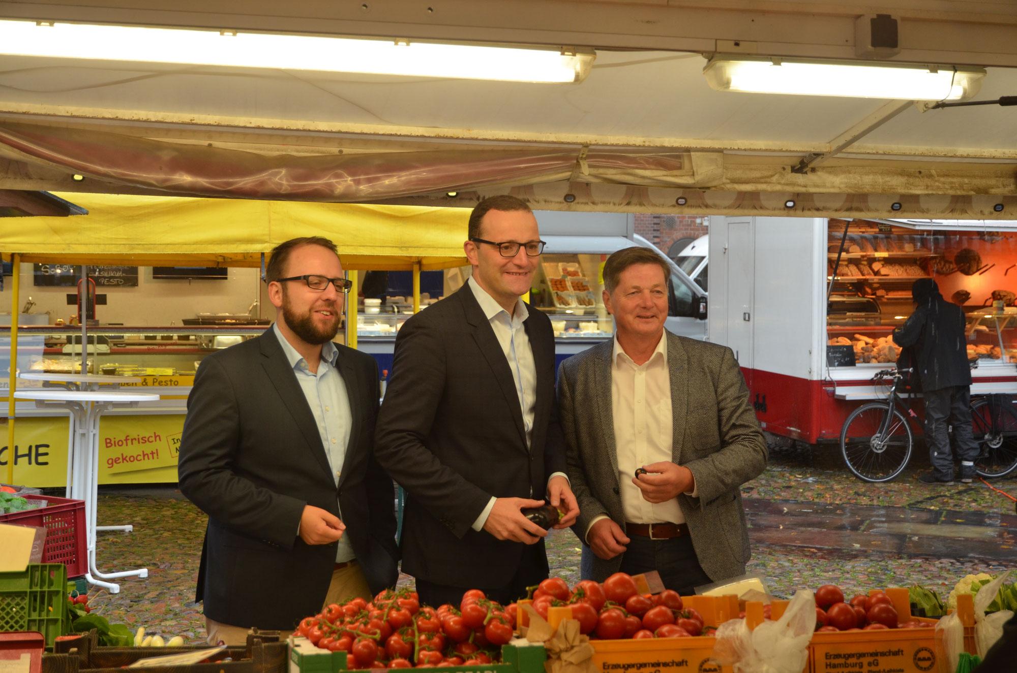 Parlamentarischer Staatssekretär Jens Spahn besucht den Lüneburger Wochenmarkt