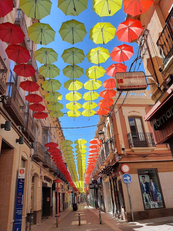 Un año más los paraguas lucen en Valdepeñas