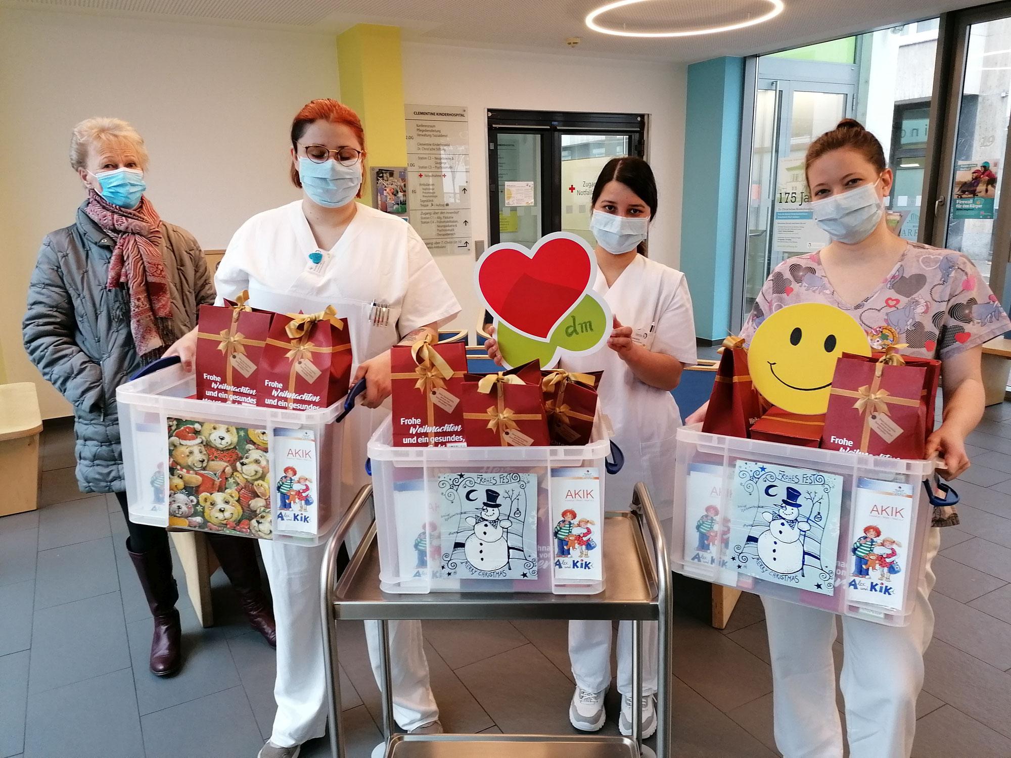 dm spendet Weihnachtspäckchen für Kinder im Krankenhaus